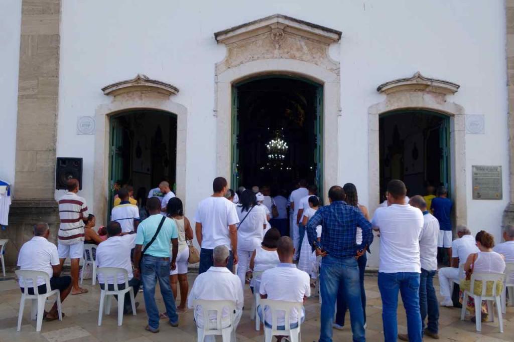 Salvador Sehenswürdigkeiten Wallfahrtskirche Igreja de Bonfim, Brasilien - Totale mit Besuchern 2