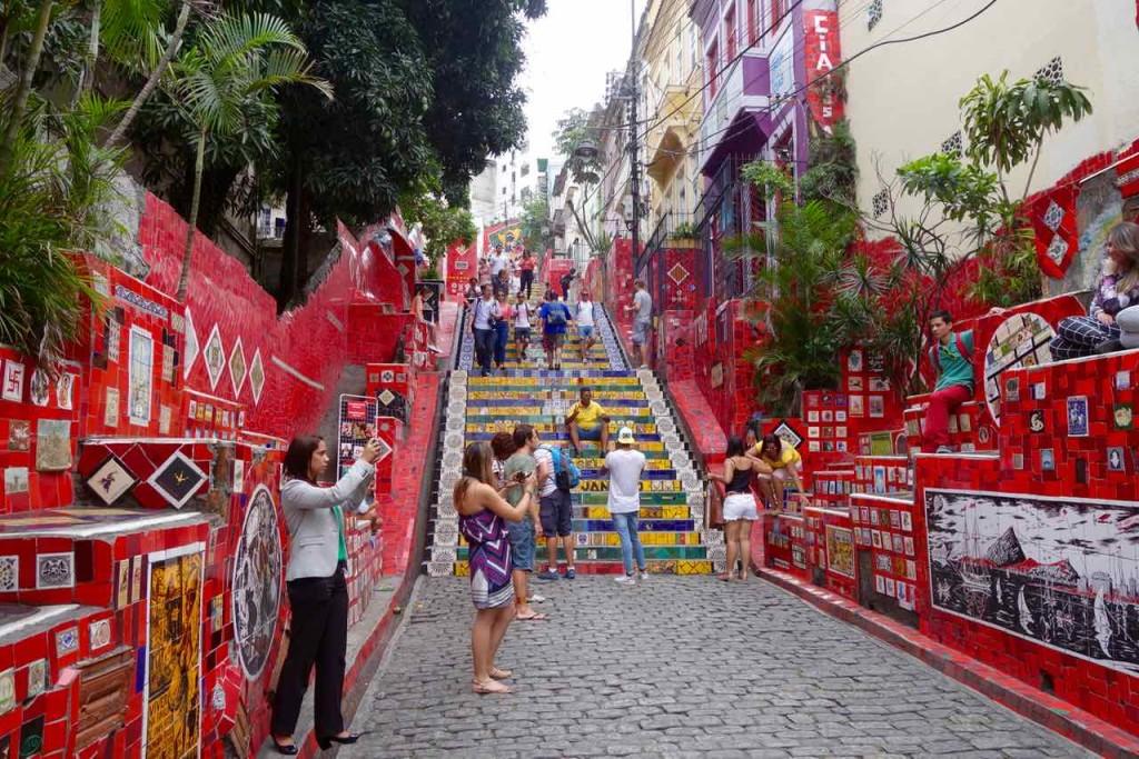 Rio de Janeiro Escadaria Selaron Totale mit fotografierenden Touristen