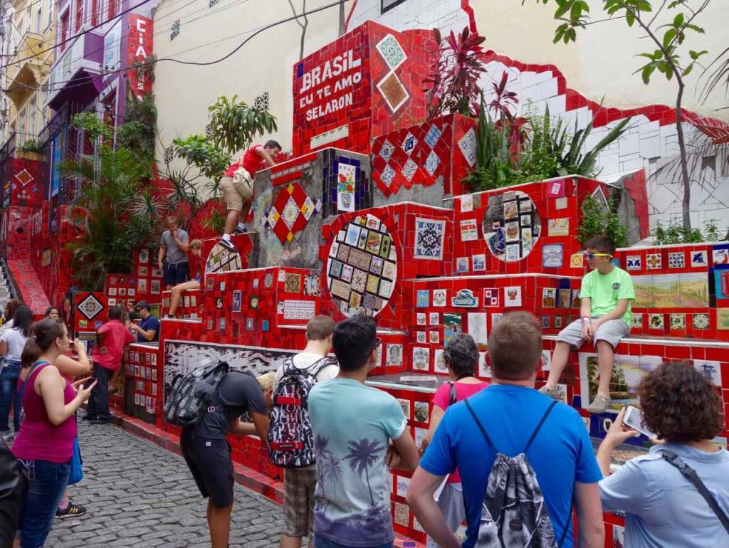 Rio de Janeiro Escadaria Selaron, Totale mit sitzendem Touristen, der fotografiert wird