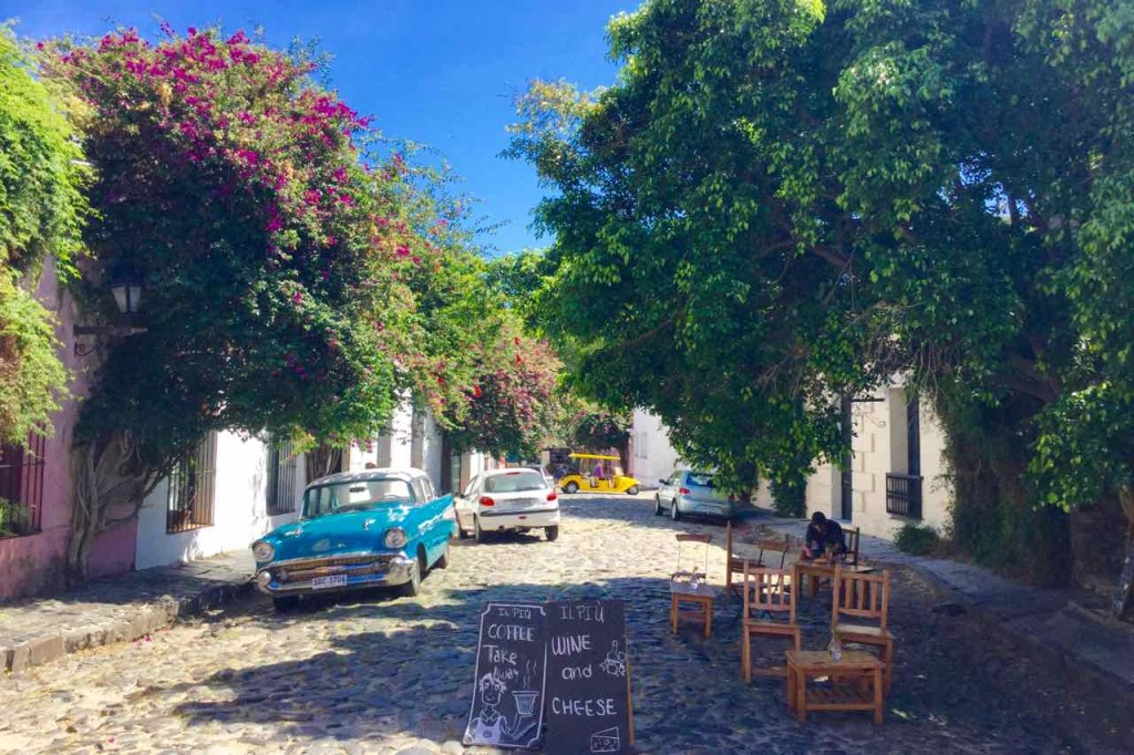 Colonia Uruguay, Kopfsteingasse mit Oldtimer, Titel? iPod-Foto