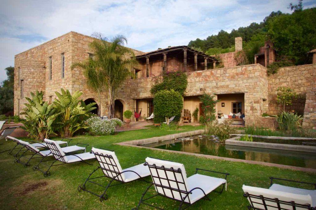Demnate Sehenswürdigkeiten, Tizouit Hotel, Garten mit Stühlen, Pool und Gebäude