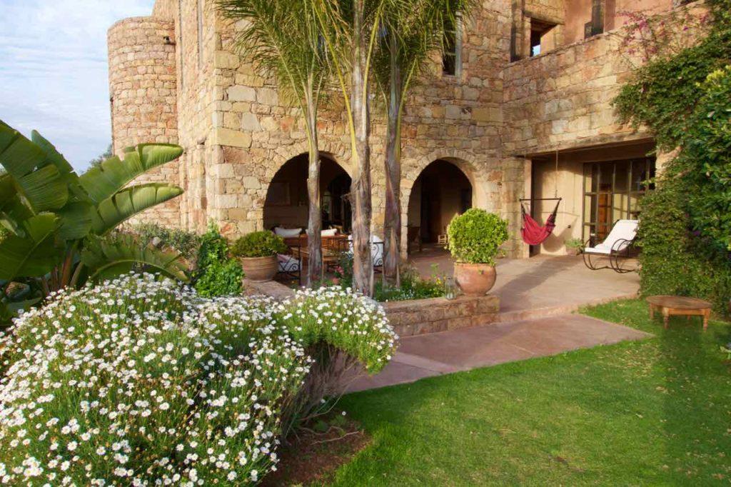 Demnate Sehenswürdigkeiten, Tizouit Hotel, Haupthaus mit Blumen