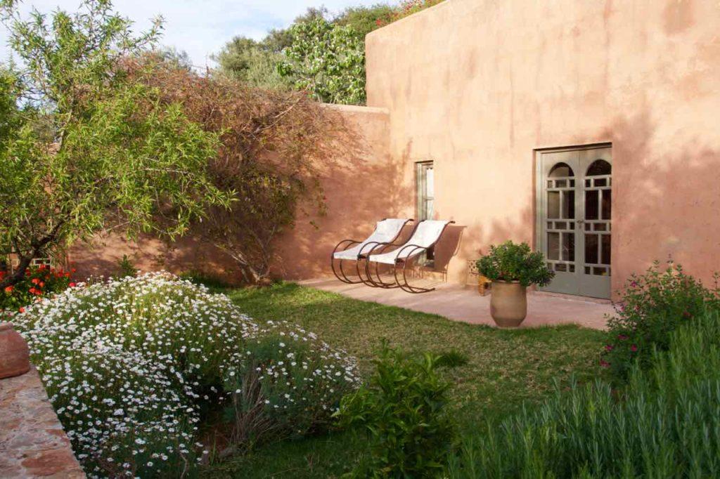 Demnate Sehenswürdigkeiten, Tizouit Hotel, Zimmerbereich mit Blumen und Stühlen