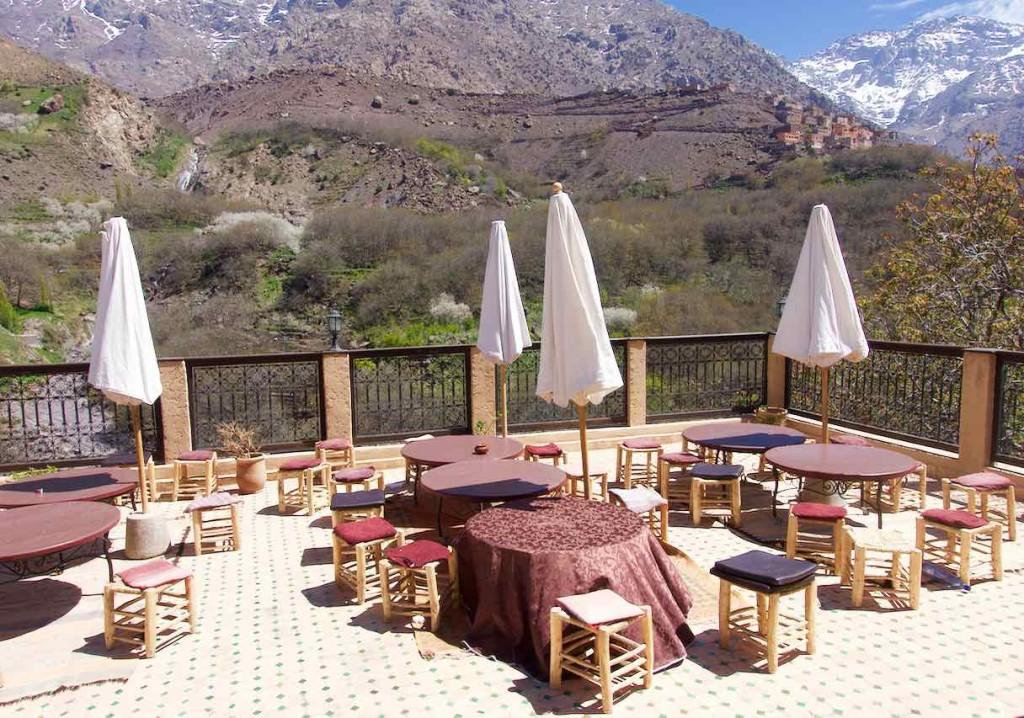 Kasbah du Toubkal im Imlil Tal, Terrasse mit geschlossenen Schirmen, Marokko