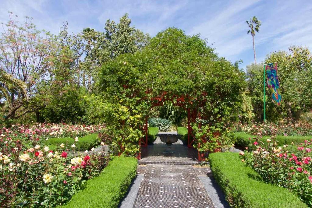 Marrakesch Anima Garten von André Heller, Roter Pavillon mit Rosenbeeten, Marokko