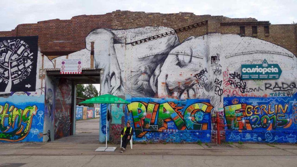 RAW-Gelände in Berlin, Street Art mit einsamer Wache