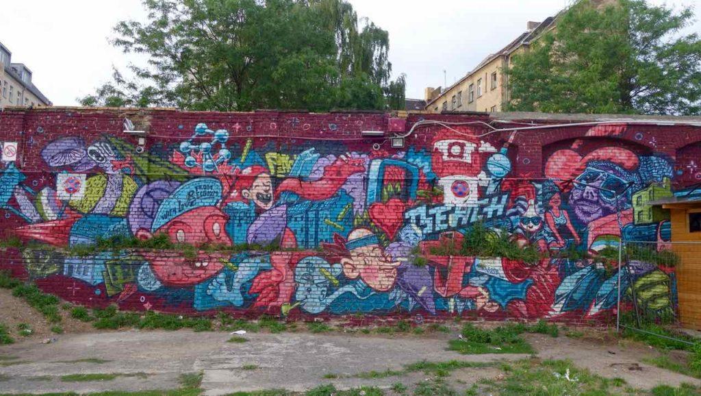 RAW-Gelände in Berlin, rote Graffiti an Mauer