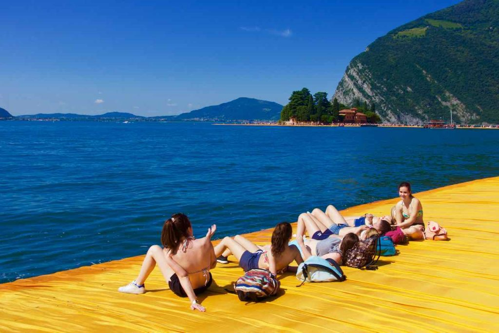 Christo The Floating Piers, Lago d'Iseo, Iseo See. Entspannende Mädchengruppe ©PetersTravel