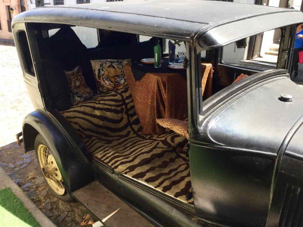 Foto-Highlights 2016, Colonia, Uruguay, Auto mit Barplätzen...iPod-Foto © Peter Pohle