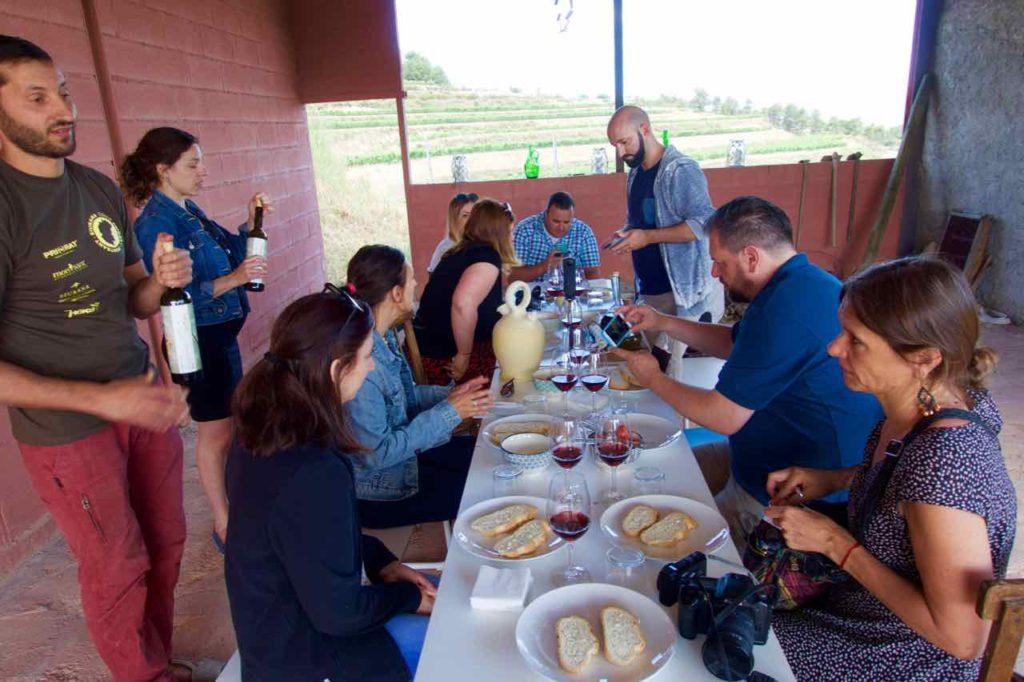 Weinprobe Priorat, Celler La Placeta im Priorat, Katalonien; Weinberge mit Weinglas @PetersTravel.de