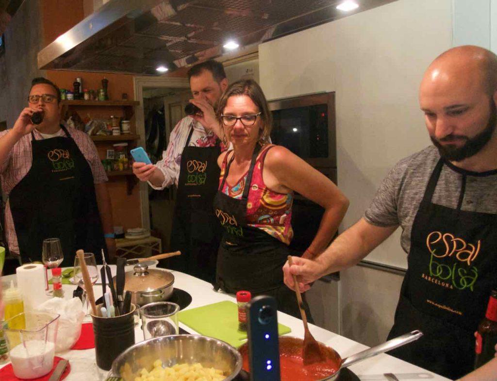 Kochkurs Barcelona: Kochschule Espai Boisà, Kreative Pause während Martin arbeitet...