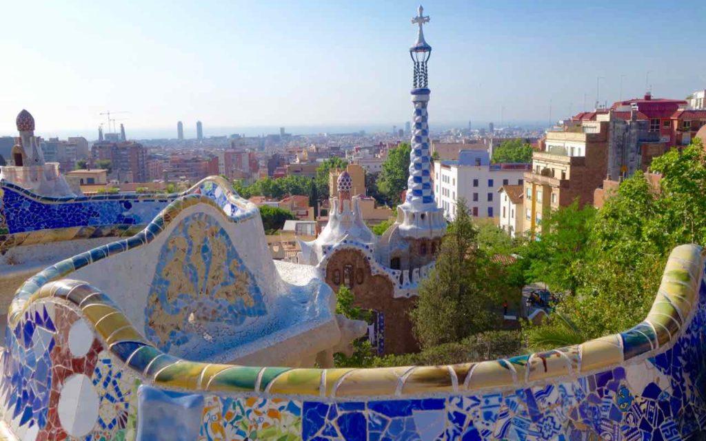 Park Güell Barcelona: Blick von der Gran Plaza aufs Pförtnerhaus und Barcelona