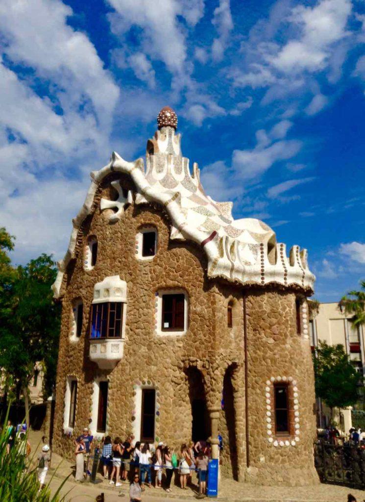 Park Güell Barcelona: Gaudís Wohnhaus für 20 Jahre ist heute ein Museum. 1926 zog er in das Kellergewölbe der Sagrada Familia.
