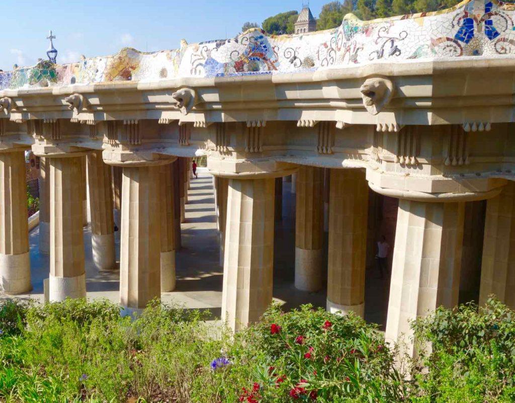 Park Güell Barcelona: Halle der 100 Säulen unter der Panoramaterrasse