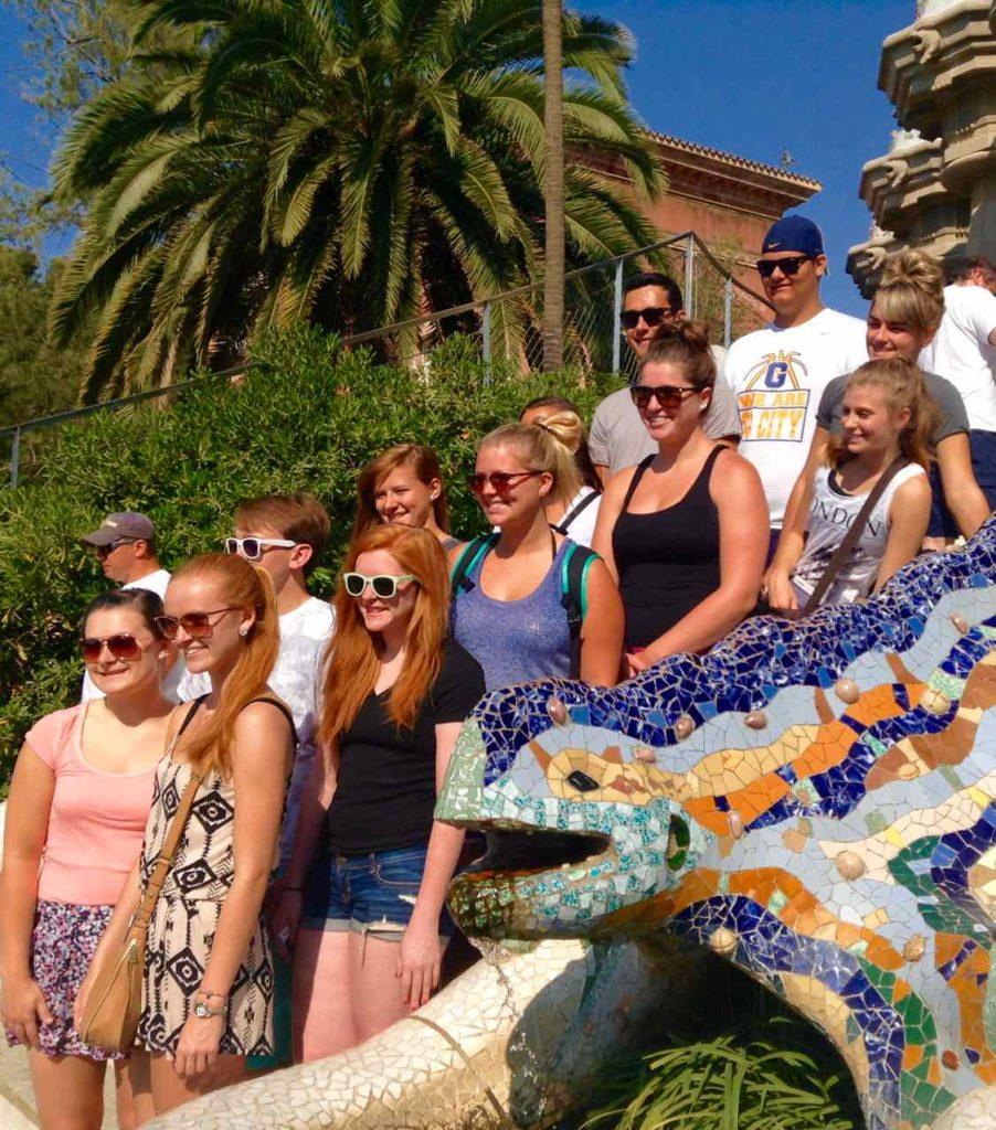 Park Güell Barcelona: Salamander mit Touristen © PetersTravel