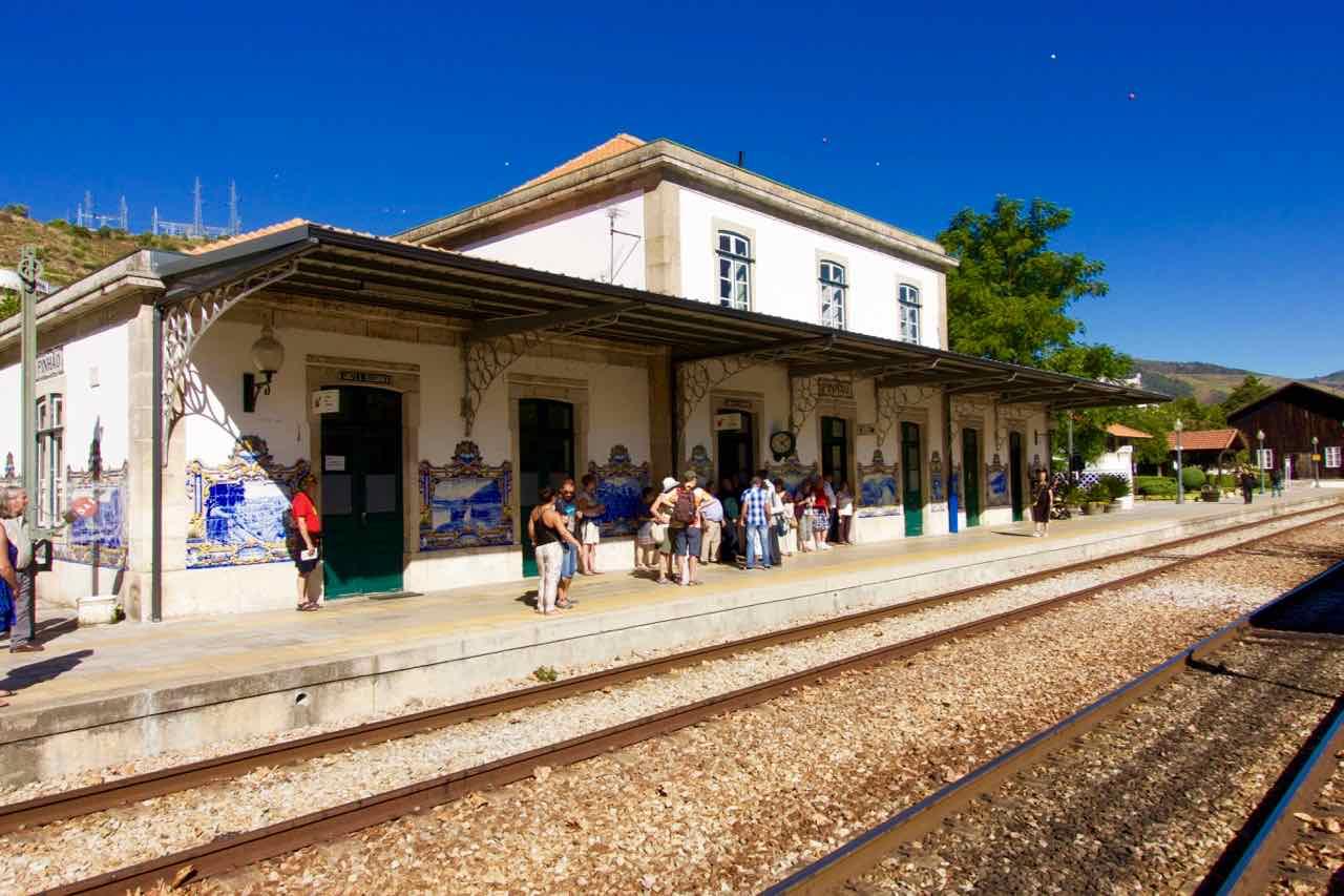 Douro-Tal, Bahnhof von Pinhão mit Gleisen © PetersTravel