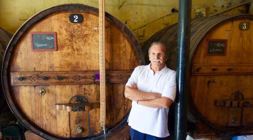 Gil Regueiro vor seinem ganzen Stolz: 7.650 Liter ruhen hier seit 80 Jahren.... © PetersTravel