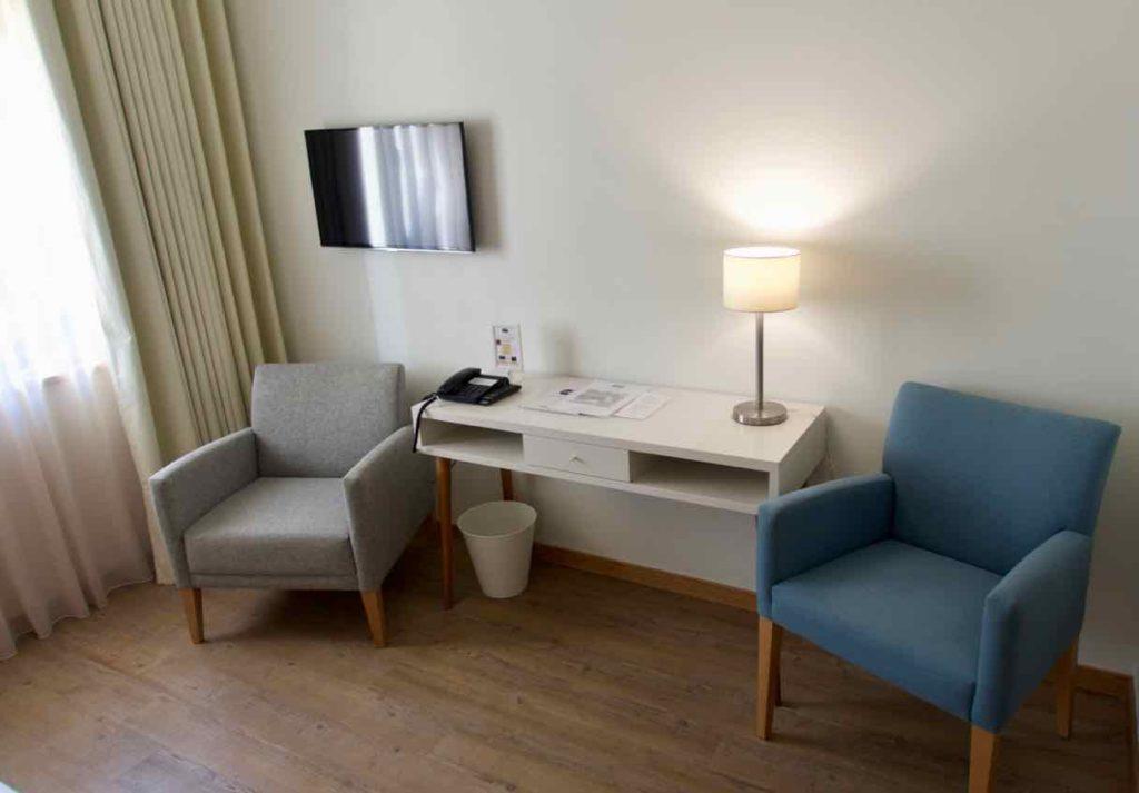 Porto Coliseum Hotel, Schlafzimmer mit Sitzgelegenheit, ©PetersTravel