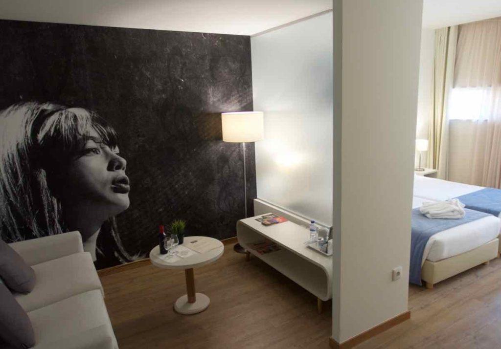 Porto Coliseum Hotel, Sitzecke + Schlafbereich ©PetersTravel