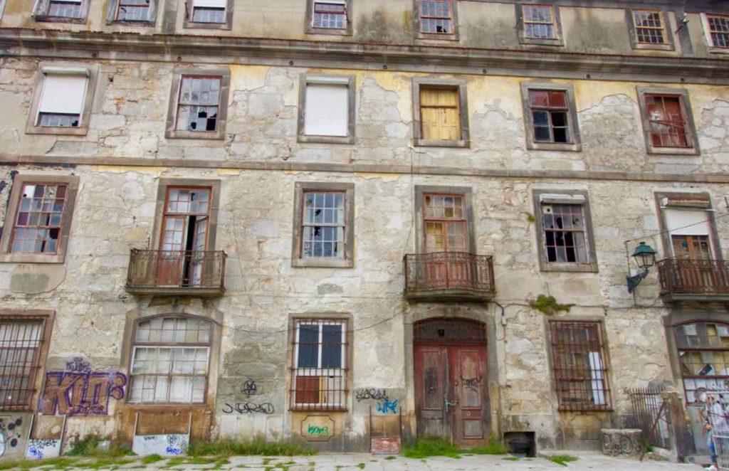 Porto, Haus am Platz beim Miradouro da Vitória © PetersTravel
