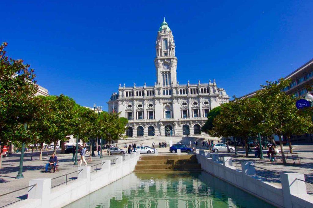 Porto Sehenswürdigkeiten: Avenida dos Aliados mit Blick aufs Rathaus. Sie gilt als DER Prachtboulevard der Stadt mit einem breiten Mittelstreifen ©PetersTravel