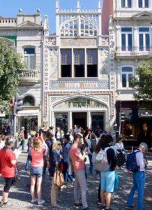 Porto Sehenswürdigkeiten: Buchhandlung Livraria Lello außen ©PetersTravel