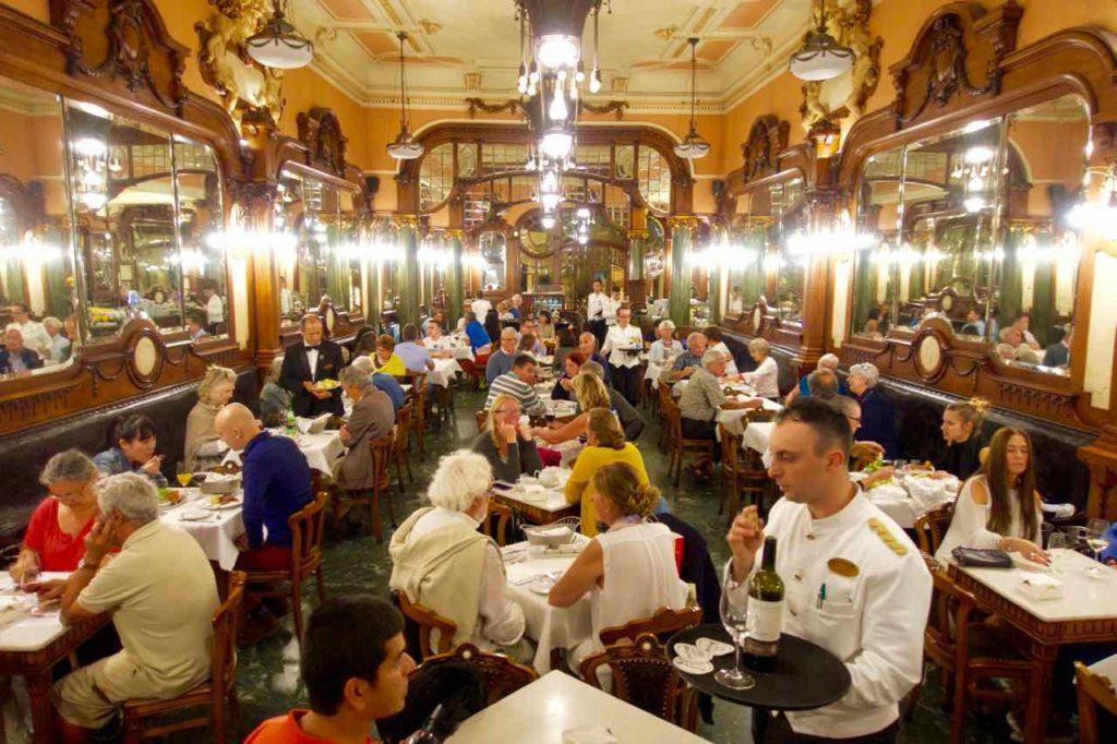Porto Sehenswürdigkeiten Café Majestic mit Ober © PetersTravel