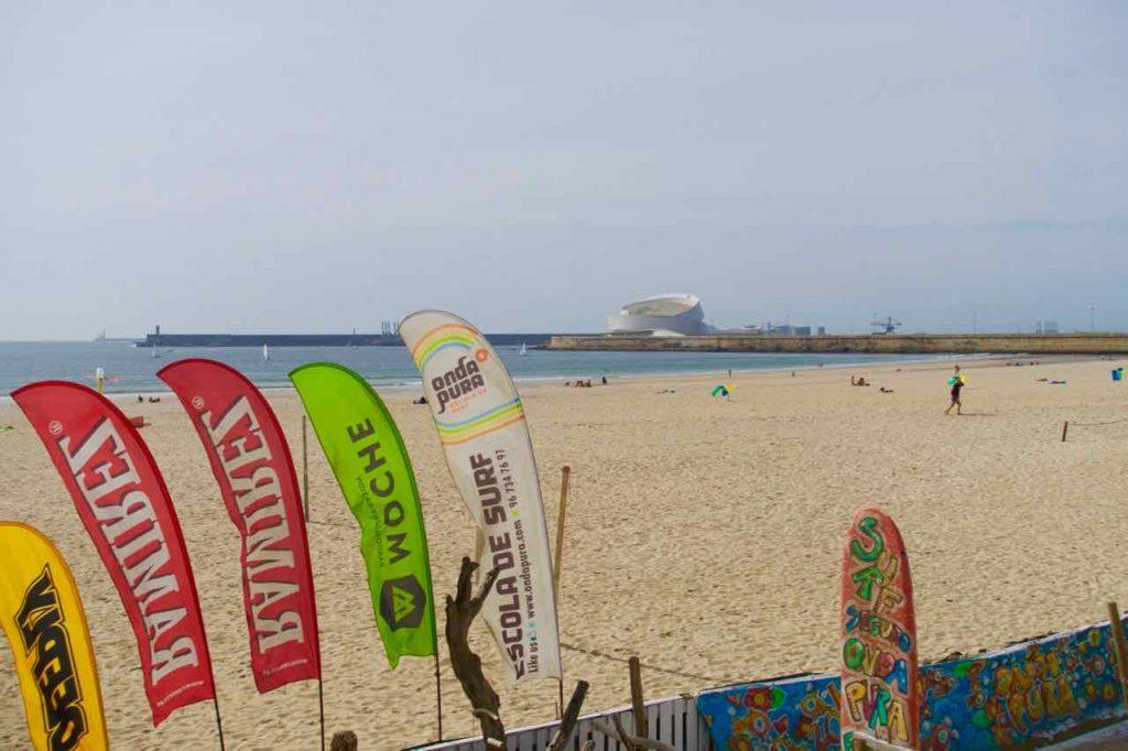 Strand von Matosinhos mit dem neuen Cruise-Terminal im Hintergrund @PetersTravel