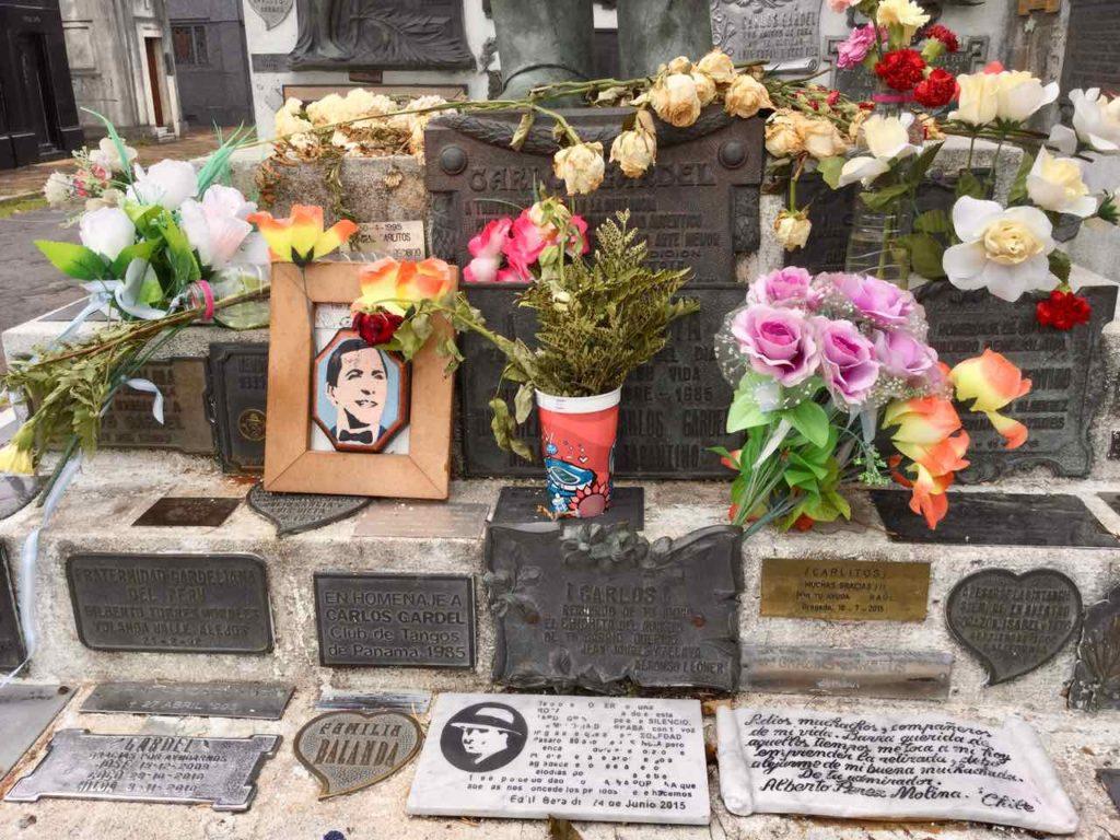 Buenos Aires Friedhof Cementerio de la Chacarita, Carlos Gardel Gedenktafeln nah, ©PetersTravel iPod-Foto