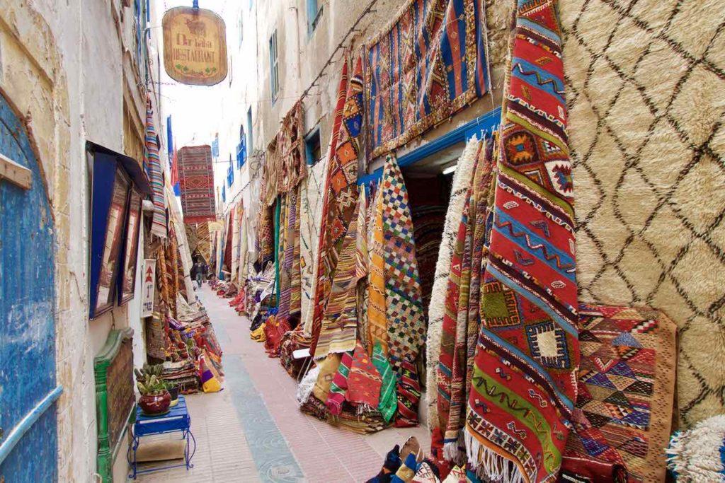 Essaouira, Marokko, Gasse mit Teppichen ©PetersTravel