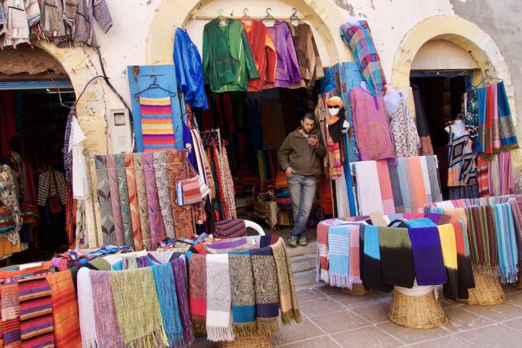 Essaouira, Stadt der Winde, Laden mit Tüchern, Marokko ©PetersTravel