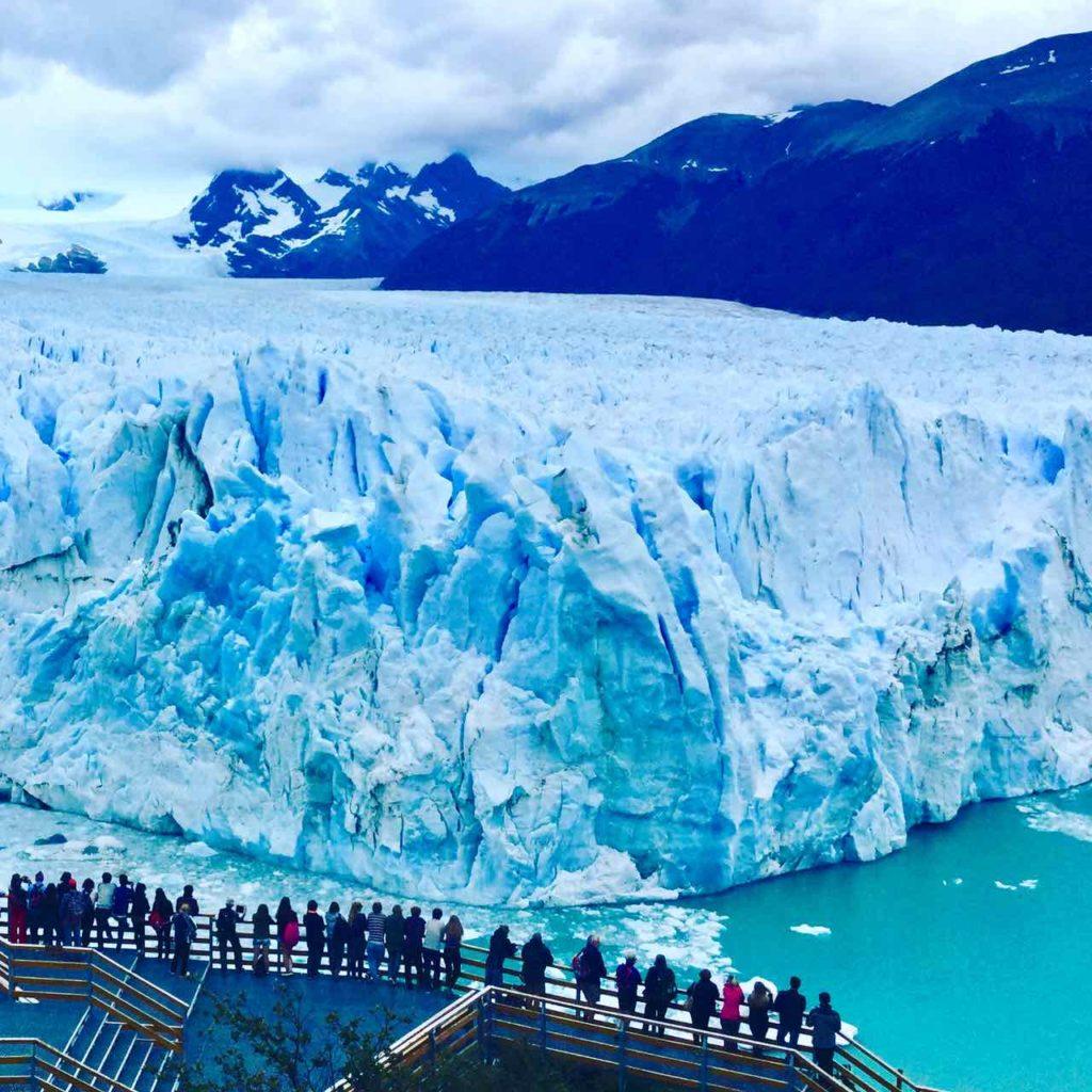 Perito Moreno Gletscher Patagonien Argentinien @PetersTravel Mit Besuchern am Aussichtspunkt