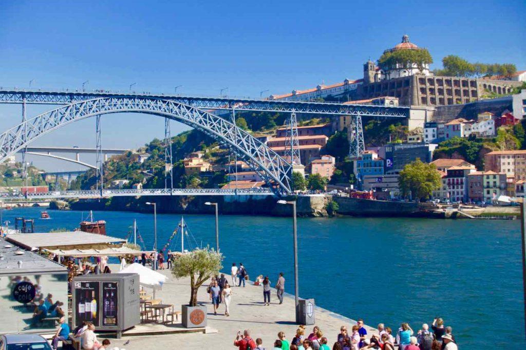 Porto Sehenswürdigkeiten, Blick vom Quai in Ribeira © PetersTravel