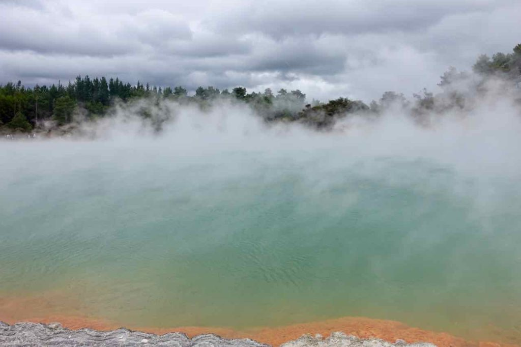 Rotorua Sehenswürdigkeiten, Champagne Pool mit Dampf in Wai-O-Tapu Neuseeland, ©PetersTravel