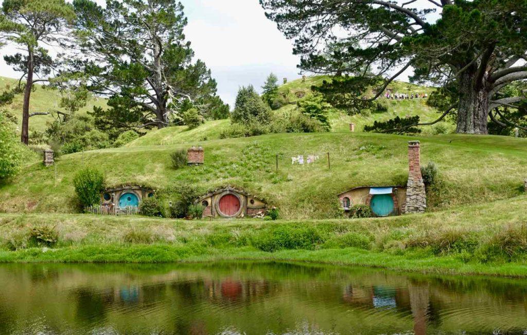 Hobbingen / Hobbiton, Halbtotale mit See Neuseeland ©PetersTravel