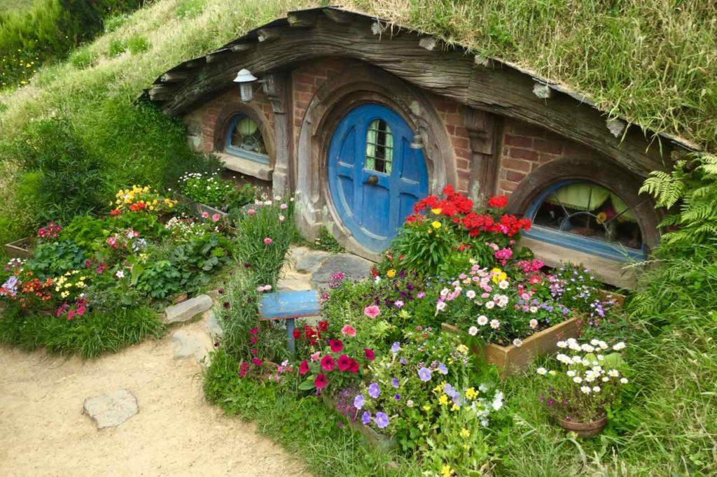 Hobbingen / Hobbiton, Haus mit blauer Tür & Blumen, Titelbild 2 Neuseeland ©PetersTravel