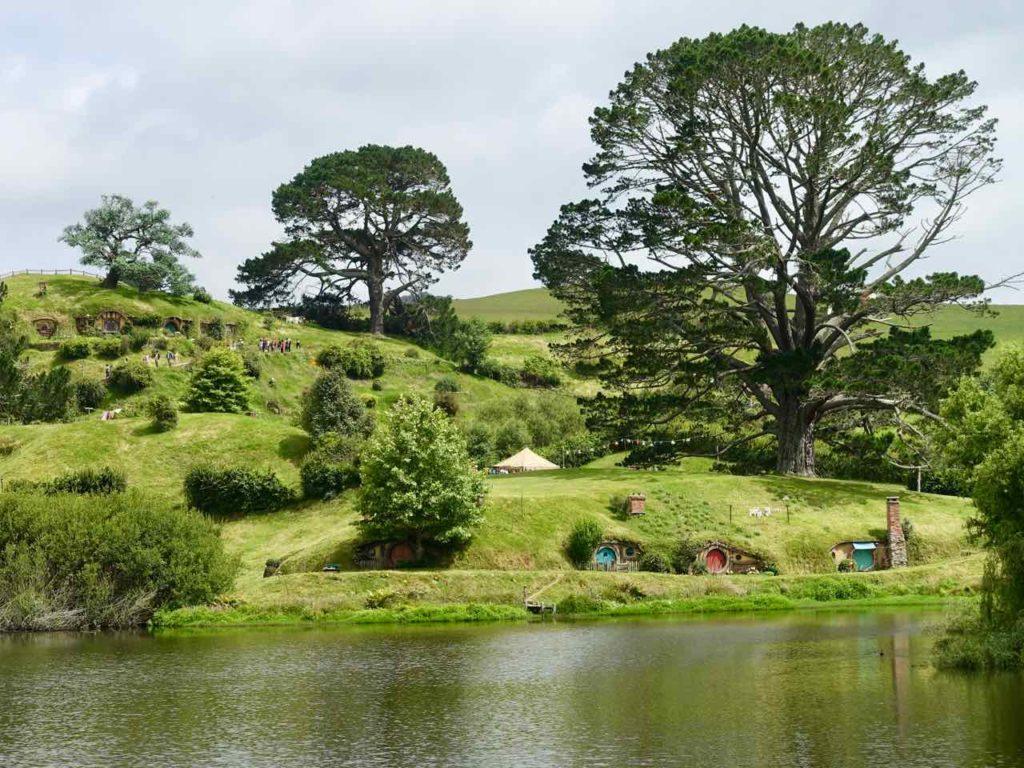 Hobbingen / Hobbiton, Totale mit See, Neuseeland ©PetersTravel