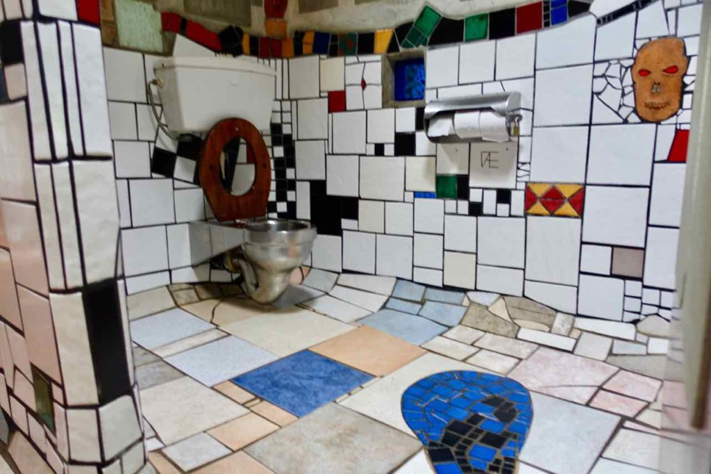 Kawakawa Hundertwasser-Toilette, Sitzklo Neuseeland @PetersTravel
