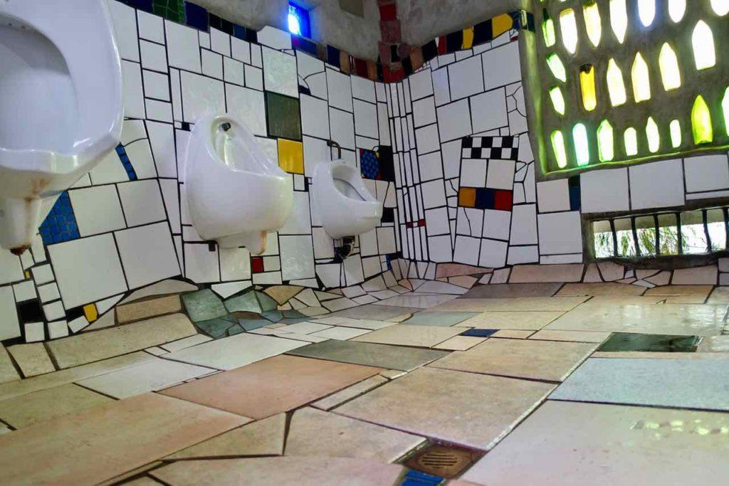 Kawakawa Hundertwasser-Toilette, Urinale Neuseeland @PetersTravel