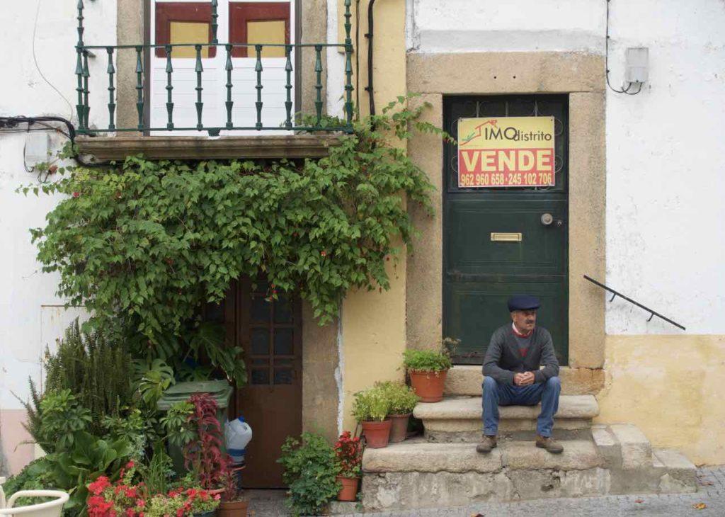 "Alentejo Portugal: Castelo de Vide, ""Zu verkaufen"" ©PetersTravel"