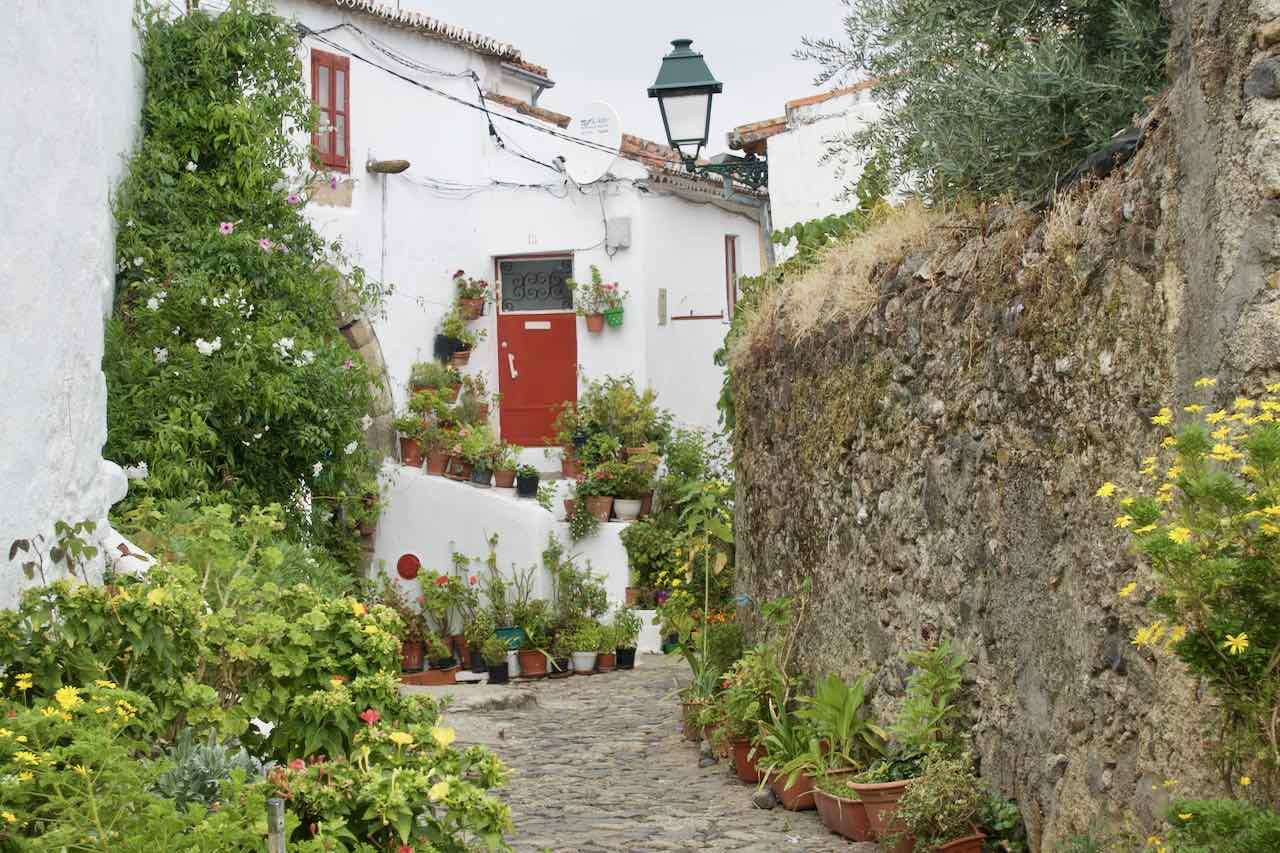 Alentejo, Portugal Castelo de Vide, Haus mit Gasse, ©PetersTravel