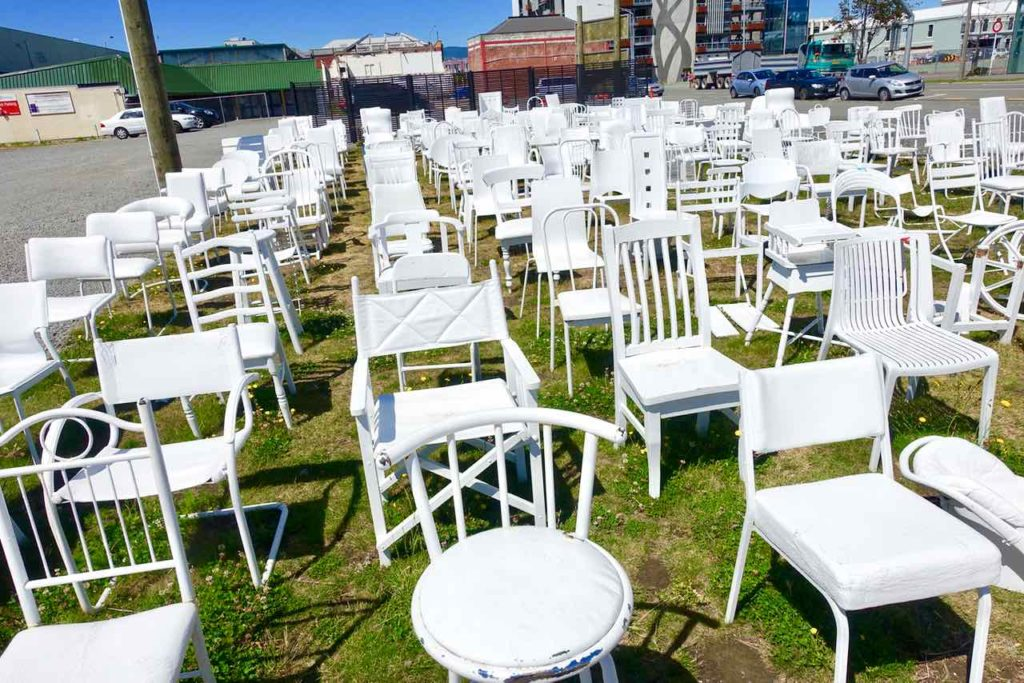 "Christchurch, ""185 Empty Chairs"" - Denkmal für die Erdbebeopfer in 2011 @PetersTravel"