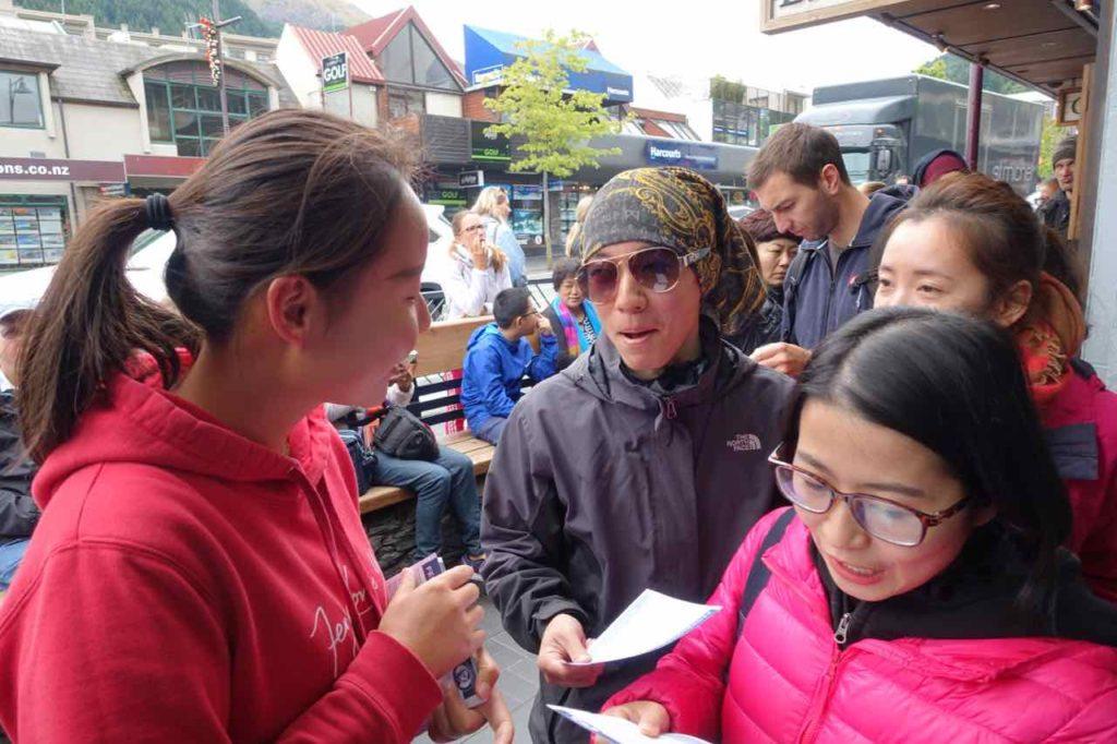 Fergburger Queenstown, Yao bei der Kundenberatung, Neuseeland @PetersTravel