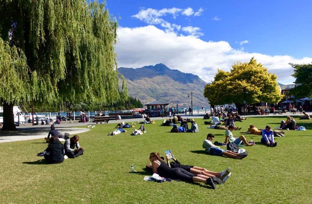 Queenstown Tipps: Relaxen auf dem Rasen an der Marine Parade, @PetersTravel