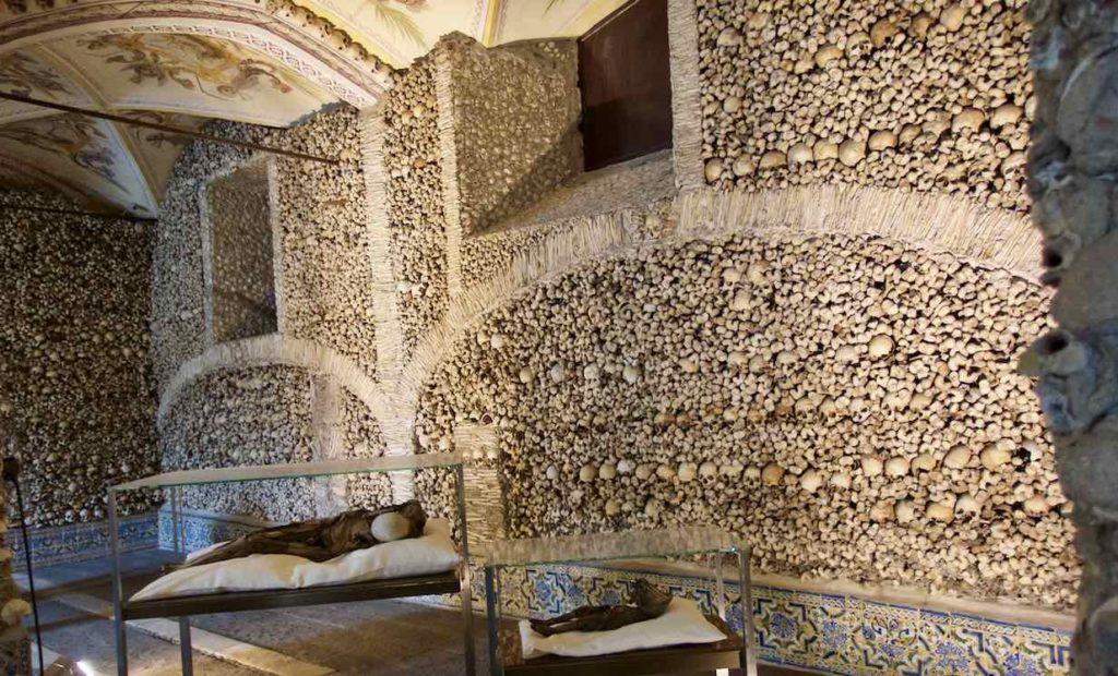 Alentejo, Évora: Capela dos Ossos, ©PetersTravel