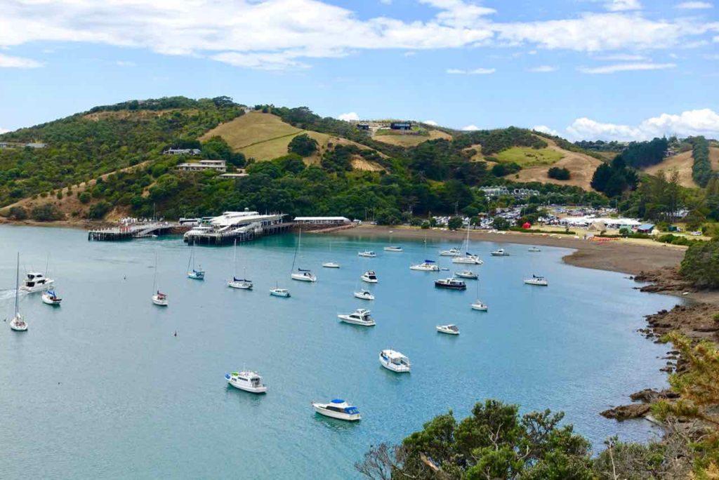 Waiheke Island, Hafen mit Ferry Wharf Matiatia, Neuseeland, @PetersTravel