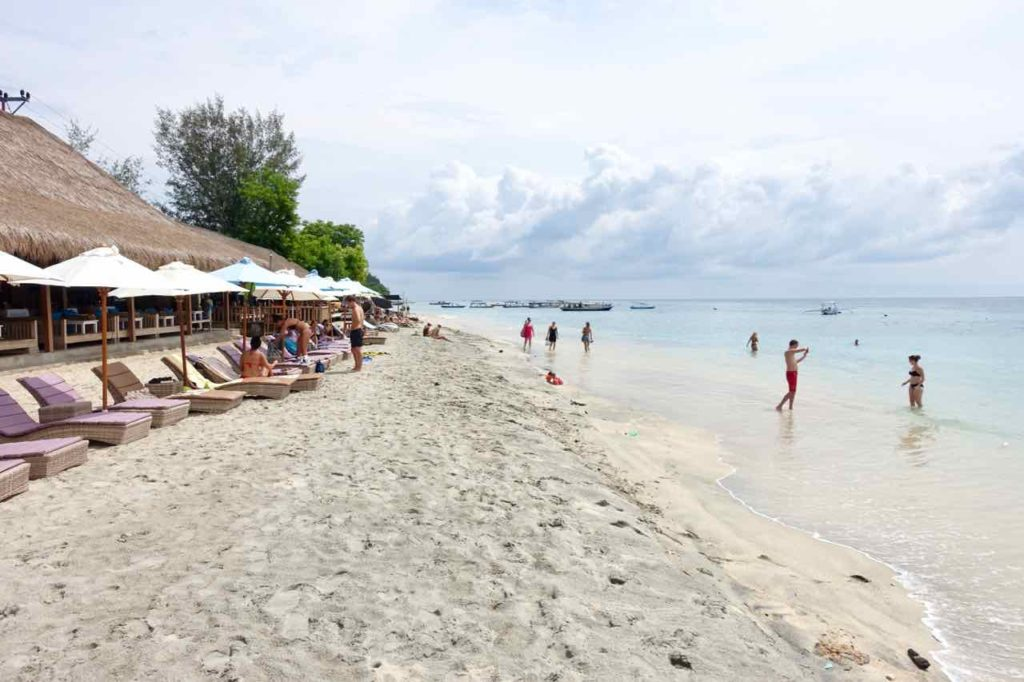 Gili Air Tipps: Strand vor Zipp Bar & Restaurant, Indonesien ©PetersTravel