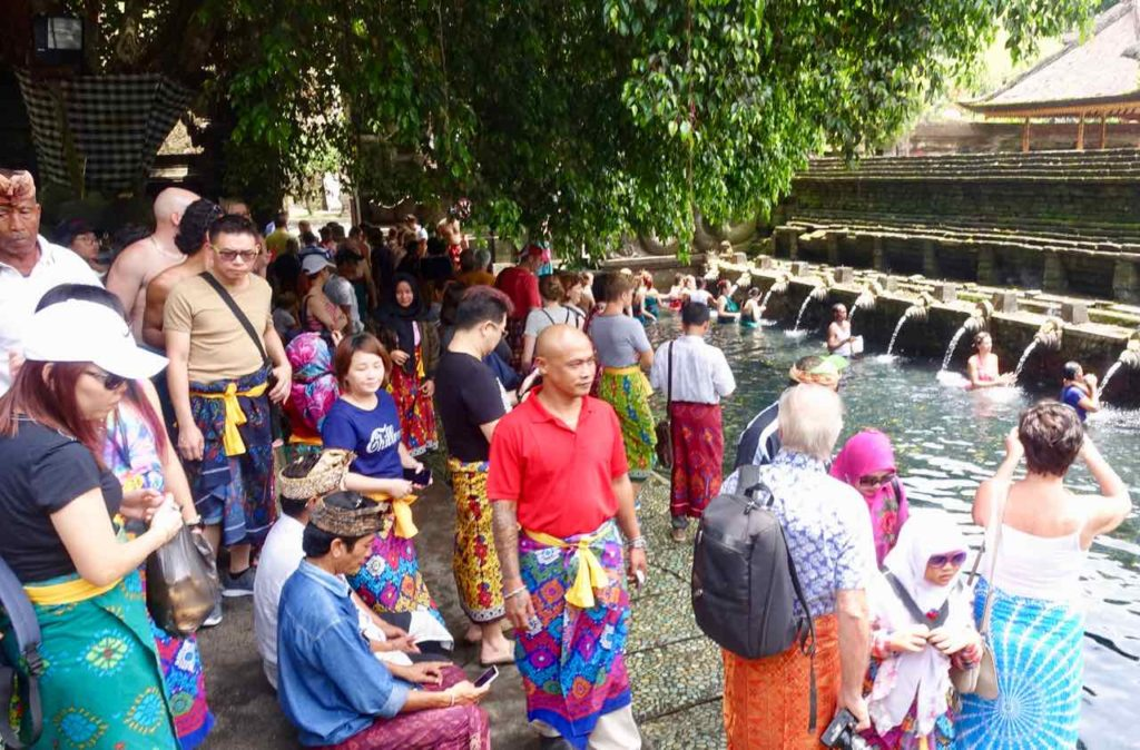 Tirta Empul Tempel, Bassin + viele Besucher, Bali ©PetersTravel