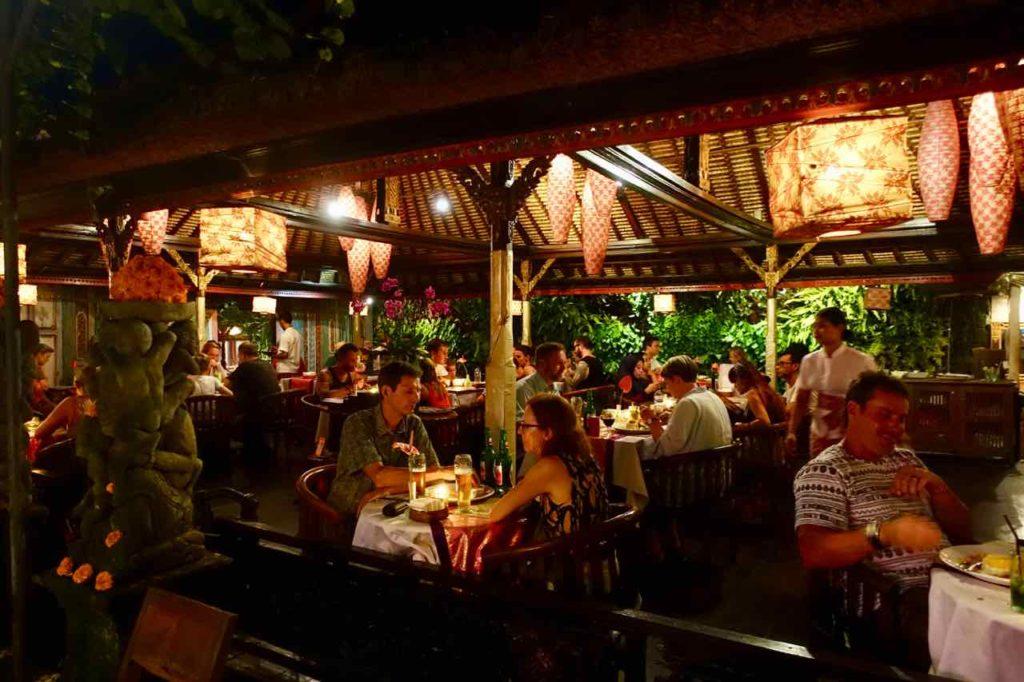 Ubud Restaurants: Das Ibu Rai liegt direkt an der hektischen Monkey Forest Rd. Ich kann es aber trotzdem empfehlen. Bali ©PetersTravel