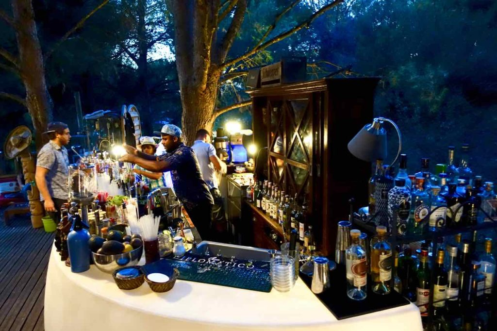 Absinth Bar Dans Les Arbres, Baumbar in der Provence, Frankreich, Die Bar © Peterstravel